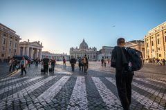 11/09/2018 - Рим, Италия: Туристы идя в аркаду Сан Pietro стоковые фотографии rf