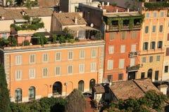 Рим, Италия, sunlit стены исторических buidlings с окнами и крышами стоковые фото