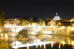Рим, Италия, Базилика di Сан Pietro и мост Sant Angelo на ноче стоковые фото