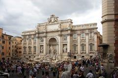 Рим/Италия - 4-ое августа 2009: Итальянка фонтана Trevi: Фонтана di Trevi на пасмурный день с окружающей територией в переднем fu Стоковые Фотографии RF