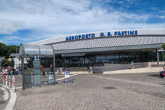 Рим Италия 17-ое июня 2016 Вход авиапорта Ciampino с туристами Стоковая Фотография RF