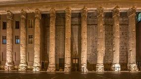 Рим, Италия: столбцы виска Hadrians в Аркаде di Pietra Стоковая Фотография
