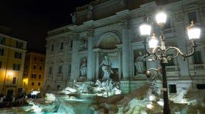 Рим sightseeing - известные фонтаны Trevi - Фонтана di Trevi в историческом районе стоковые изображения