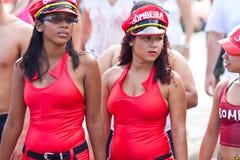 РИО-ДЕ-ЖАНЕЙРО - 11-ОЕ ФЕВРАЛЯ: 2 девушки в красных платьях на свободном p Стоковая Фотография RF