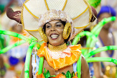 РИО-ДЕ-ЖАНЕЙРО - 11-ОЕ ФЕВРАЛЯ: Женщина в петь костюма и dan Стоковая Фотография