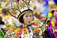 РИО-ДЕ-ЖАНЕЙРО - 11-ОЕ ФЕВРАЛЯ: Женщина в петь костюма и dan Стоковое Фото