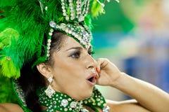 РИО-ДЕ-ЖАНЕЙРО - 10-ОЕ ФЕВРАЛЯ: Женщина в танцах и согрешении костюма Стоковые Изображения RF