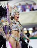 РИО-ДЕ-ЖАНЕЙРО - 11-ОЕ ФЕВРАЛЯ: Женщина в танцах и согрешении костюма Стоковые Фото