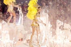 РИО-ДЕ-ЖАНЕЙРО - 11-ОЕ ФЕВРАЛЯ: Женщина в танцах костюма на carn Стоковая Фотография