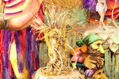 РИО-ДЕ-ЖАНЕЙРО - 11-ОЕ ФЕВРАЛЯ: Женщины в костюмах против пейзажа dan Стоковые Изображения