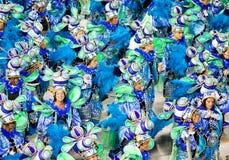 РИО-ДЕ-ЖАНЕЙРО - 11-ОЕ ФЕВРАЛЯ: Женщины в костюмах против пейзажа Стоковые Изображения
