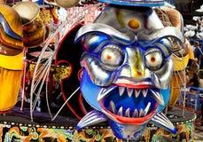 РИО-ДЕ-ЖАНЕЙРО - 11-ОЕ ФЕВРАЛЯ: Покажите с украшениями на масленице Стоковые Фотографии RF