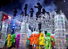 РИО-ДЕ-ЖАНЕЙРО - 11-ОЕ ФЕВРАЛЯ: Покажите с украшениями на масленице Стоковая Фотография