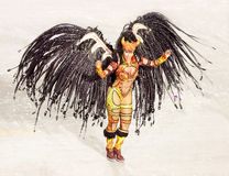 РИО-ДЕ-ЖАНЕЙРО - 11-ОЕ ФЕВРАЛЯ: Танцор самбы в петь костюма Стоковое фото RF