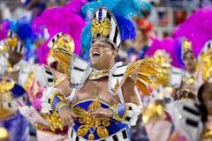 РИО-ДЕ-ЖАНЕЙРО - 11-ОЕ ФЕВРАЛЯ: Человек в петь и danci костюма Стоковое Изображение