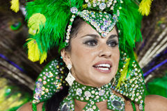 РИО-ДЕ-ЖАНЕЙРО - 10-ОЕ ФЕВРАЛЯ: Женщина в танцах костюма на carn Стоковые Фото