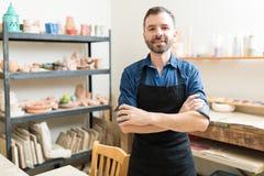 Рисберма уверенно создателя гончарни нося в мастерской стоковые изображения rf