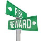 Рискните против вознаграждения 2 вклад ROI 2 знаков улицы дороги пути Стоковые Фотографии RF