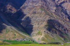 Рискованное предприятие поселений к скалистой горе на долине Spiti Himachal Pradesh стоковые изображения
