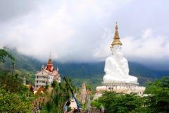 Рискованное предприятие 5 сидя белое Buddhas и туманные холмы за Буддой на Pha Sorn Kaew, в Khao Kor, Phetchabun, Таиланд стоковые изображения