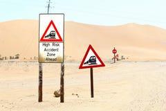 Рискованный железнодорожный переезд пустыни знака, Намибии Стоковая Фотография RF