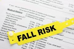 Риск падения с обработкой документов больницы стоковые фото