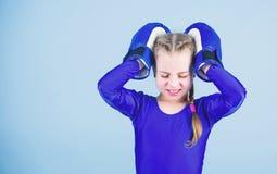 Риск ушиба Подъем боксеров женщин Боксер девушки милый на голубой предпосылке С великой державой приходит большая ответственность стоковая фотография