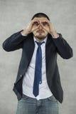 Риск шпионки, стекла шпионки с руками стоковые изображения rf
