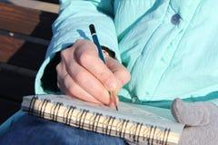 Рисовать в тетради на портовом районе Стоковое фото RF