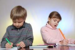 рисовать детей стоковое изображение