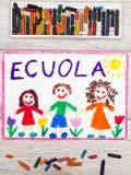 рисовать: Итальянское слово ШКОЛА и счастливые дети Стоковая Фотография RF