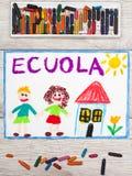 Рисовать: Итальянское слово ШКОЛА, школьное здание и счастливые дети Стоковые Изображения
