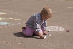 Рисовать малой девушки занятый Стоковая Фотография RF
