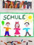 рисовать: Немецкое слово ШКОЛА и счастливые дети Стоковое фото RF