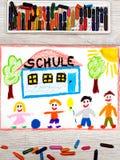 Рисовать: Немецкое слово ШКОЛА, школьное здание и счастливые дети Стоковая Фотография