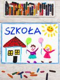 Рисовать: Польское слово ШКОЛА, школьное здание и счастливые дети Стоковые Фото