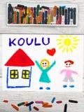 рисовать: Финское слово ШКОЛА, школьное здание и счастливые дети Стоковые Фотографии RF