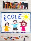 Рисовать: Французское слово ШКОЛА и счастливые дети Стоковые Изображения