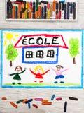 рисовать: Французское слово ШКОЛА, школьное здание и счастливые дети Стоковые Изображения