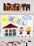Рисовать: ШКОЛА слова, школьное здание и счастливые дети Стоковые Изображения