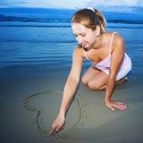 рисует детенышей женщины сердца Стоковые Фото