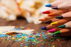Рисуйте shavings и покрашенные карандаши на деревянном столе Стоковое Изображение RF
