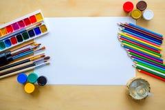 Рисующ поставляет щетки, карандаш, aquarelle, гуашь, бумагу на деревянной предпосылке Стоковые Фотографии RF