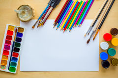 Рисующ поставляет щетки, карандаш, aquarelle, гуашь, бумагу на деревянной предпосылке Стоковое Изображение RF