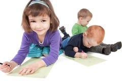 рисуя счастливые малыши Стоковые Фотографии RF