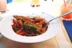 Рис блюда с морепродуктами на таблице в ресторане стоковые фотографии rf