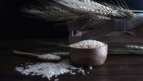 Рис Брайна и завод пшеницы на деревянной предпосылке Стоковое Изображение RF