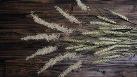 Рис Брайна и завод пшеницы на деревянной предпосылке Стоковое Изображение
