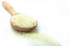 Рис в деревянной ложке на изолированной белой предпосылке Стоковые Изображения RF