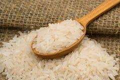 Рис в деревянной ложке Стоковые Фото